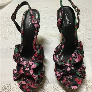 Qupid size 7 floral wedges